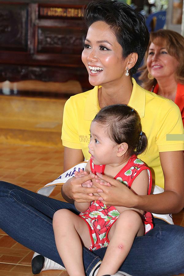 Hoa hậu HHen Niê đi từ thiện cùng Miss Universe 2008 Dayana Mendoza