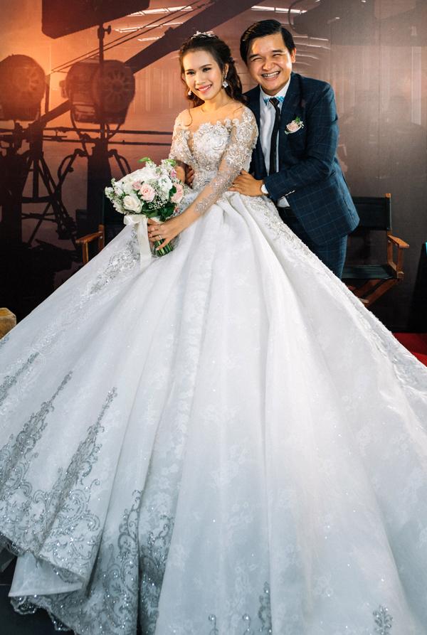 Đạo diễn Võ Thanh Hòa và bà xã - diễn viên Mai Bảo Ngọc tổ chức tiệc cưới tại TP HCM, tối 7/1. Họ không trang trí hôn lễ cầu kỳ mà biến không gian buổi tiệc thành một xưởng phim với máy quay, poster các dự án điện ảnh mà chú rể từng thực hiện.