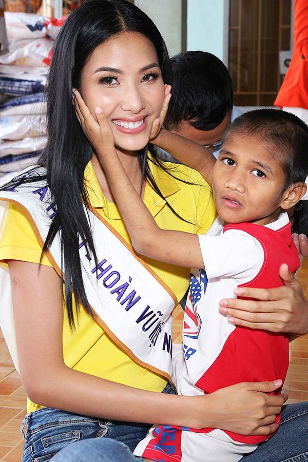 Hoa hậu HHen Niê đi từ thiện cùng Miss Universe 2008 Dayana Mendoza - 8