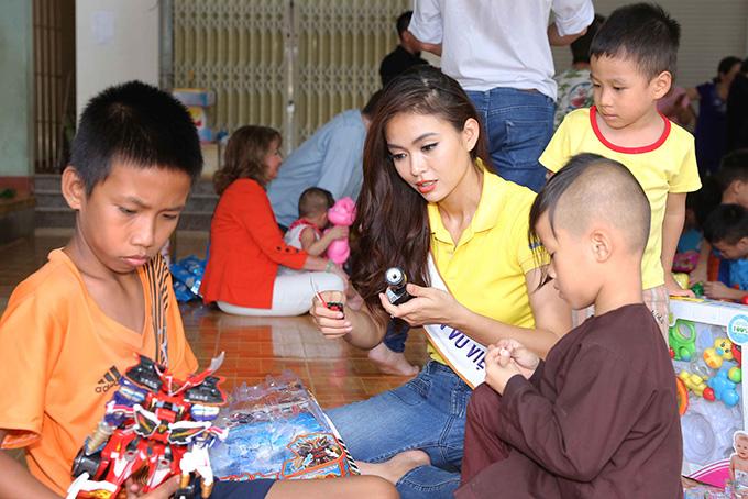 Hoa hậu HHen Niê đi từ thiện cùng Miss Universe 2008 Dayana Mendoza - 9