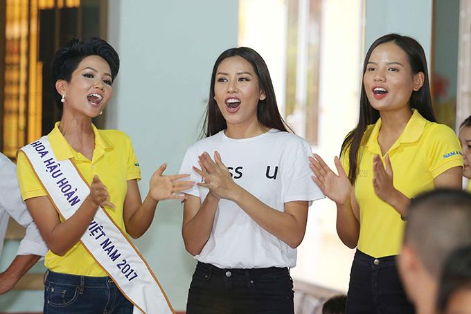 Hoa hậu HHen Niê đi từ thiện cùng Miss Universe 2008 Dayana Mendoza - 11