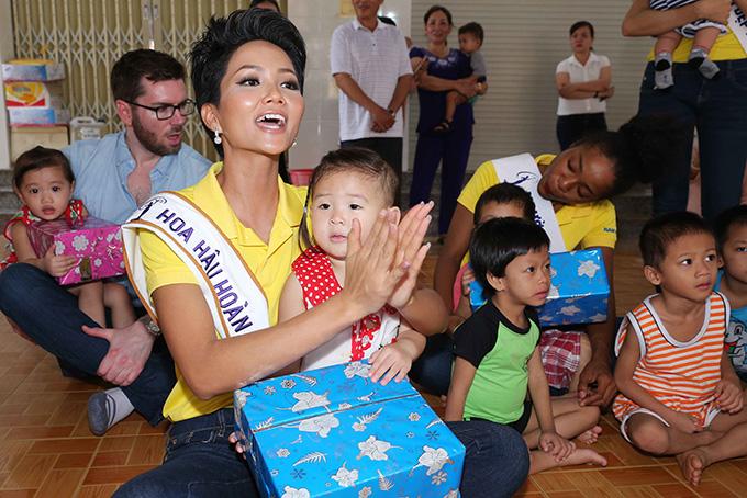 Hoa hậu HHen Niê đi từ thiện cùng Miss Universe 2008 Dayana Mendoza - 1