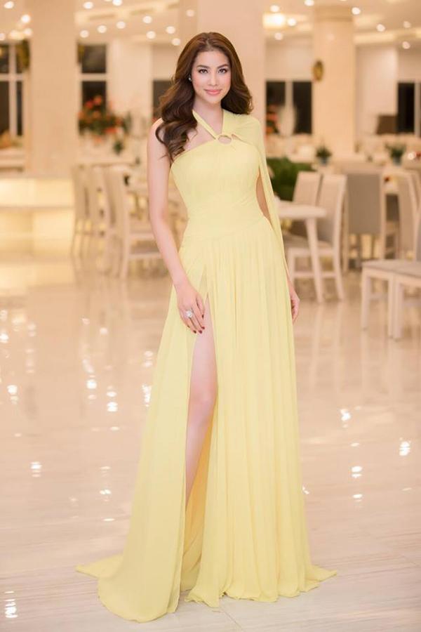 Hoa hậu Hoàn vũ VN 2015 Phạm Hương khoe chân dài gợi cảm trong mẫu váy dạ hội cắt may trên chất liệu lụa vàng bắt mắt của Lê Thanh Hòa.