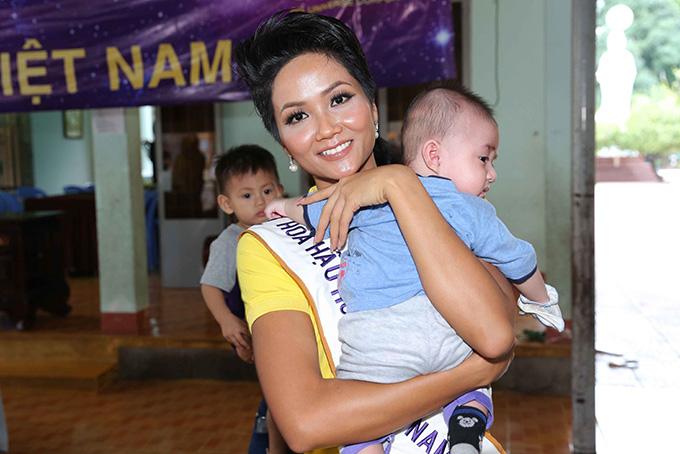 Hoa hậu HHen Niê đi từ thiện cùng Miss Universe 2008 Dayana Mendoza - 2