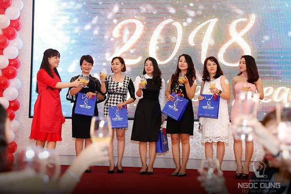 Các khách mời may mắn nhất còn nhận được ba Vip voucher gồm: trẻ hóa da cao cấp bằng công nghệ Ultra Young (4.000 USD), liệu trình trẻ hóa da laser (20 triệu) và triệt lông (12 triệu đồng).
