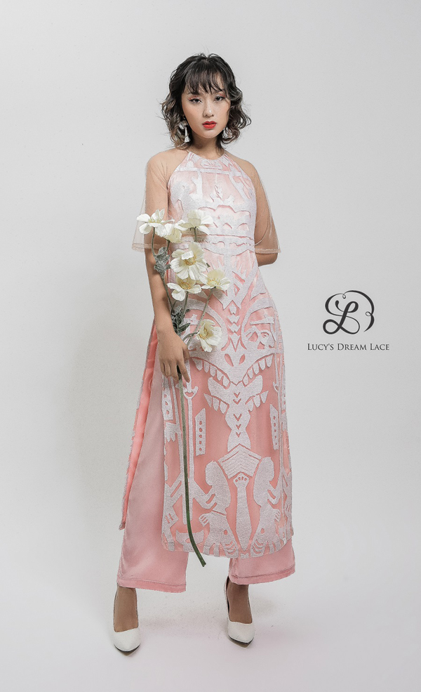 Áo dài ren họa tiết Việt cổ, mang đậm bản sắc dân tộc. Phái đẹpcó thể thay đổi màu sắc ren theo ý thích, đưa hoa văn này lên dáng trang phục khác.