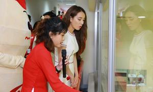 Nhã Phương thăm quan dây chuyền sản xuất sữa uống lên men Nhật Bản