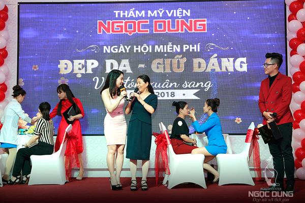 Cận cảnh chuyên viên Ngọc Dung thực hiện miễn phí liệu pháp nâng cơ, xóa nhăn, trẻ hóa vùng mặt bằng công nghệ Super Hifu cho chị em ngay tại sân khấu.