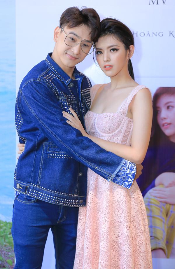 Chân dài Trúc Anh The Face từ Thái Lan về Việt Nam dự buổi ra mắt MV 6 năm của Hoàng Kỳ Nam. Cô đóng vai người yêu của chàng ca sĩ trong sản phẩm này. Cả hai có những cảnh quay lãng mạn tại Côn Đảo.