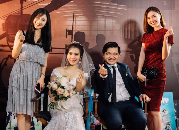Diễn viên Oanh Kiều điệu đà với váy xếp tầng, chụp ảnh cùng cô dâu, chú rể và đồng nghiệp Lan Ngọc.