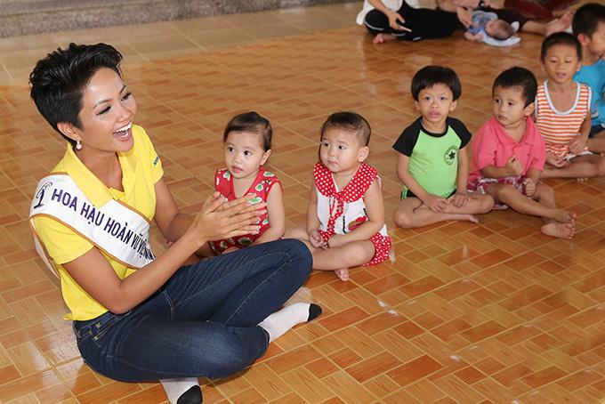 Hoa hậu HHen Niê đi từ thiện cùng Miss Universe 2008 Dayana Mendoza - 4