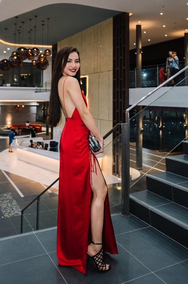 Phương Trinh Jolie gây chú ý khi diện bộ cánh sexy, đỏ rực.
