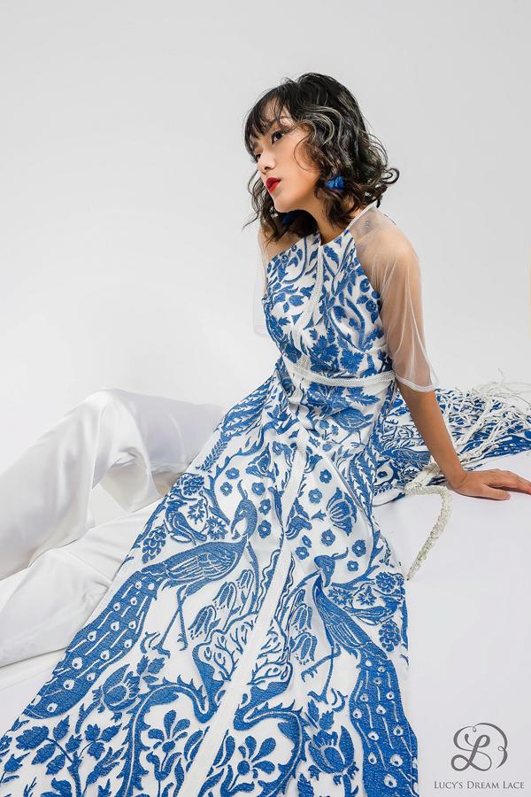 Áo dài ren dệt từ tác phẩm hội họa Khu vườn cổtích, mang nétthần tiên, kỳ ảo.