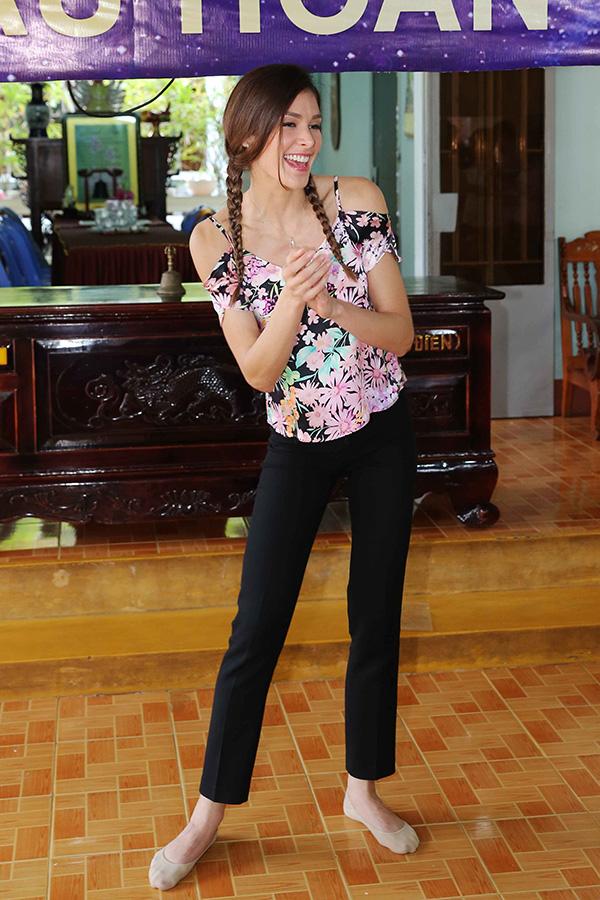 Hoa hậu HHen Niê đi từ thiện cùng Miss Universe 2008 Dayana Mendoza - 6