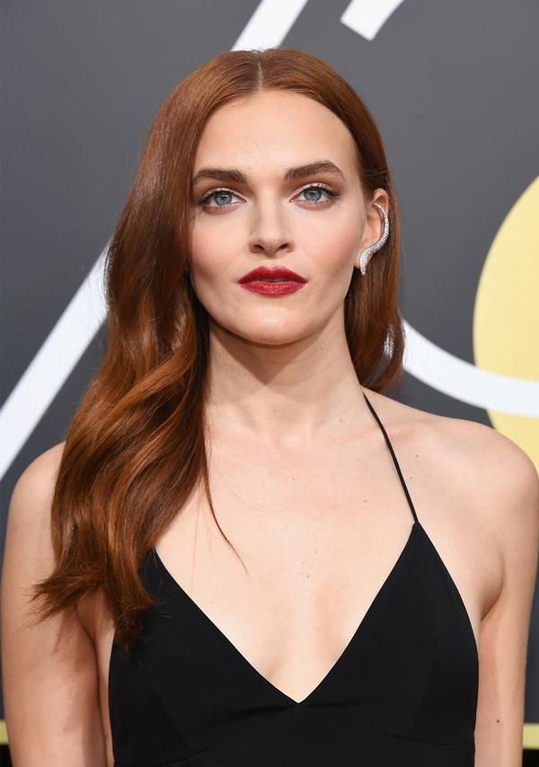 Nữ diễn viên của Handmaids Tale, Madeline Brewer, tỏa sáng với màu son đỏ berry và mái tóc xoăn nhẹmàu đồng.