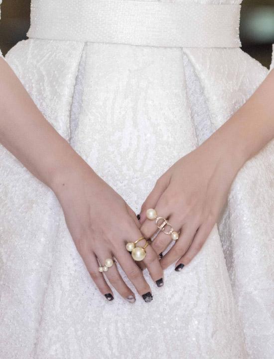 Tại event tối qua, Á hậu chọn các trang sức đắt tiềnđể kết hợp cùng bộ cánh màu trắng sang trọng. Những chiếc nhẫn ngọc trai có giá khoảng 30 triệu đồng.