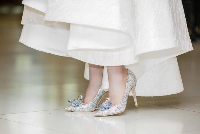 Đặc biệt, Huyền My còn khoe đôi giày công chúa, đính nhiều đá lấp lánhcủa Jimmy Choo mà cô mới tậu. Thiết kế này là phiên bản limited, có giá khoảng 5.000 USD (hơn 100 triệu đồng).