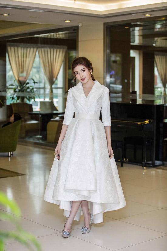 Huyền My rạng rỡ như nàng tiểu thư khi tham gia một sự kiện tại Hà Nội vào tối 7/1. Á hậu diện thiết kế cổ điển của NTK Lê Thanh Hòa, bộ cánhtừng được Hoa hậu Phạm Hương mặc trước đó.