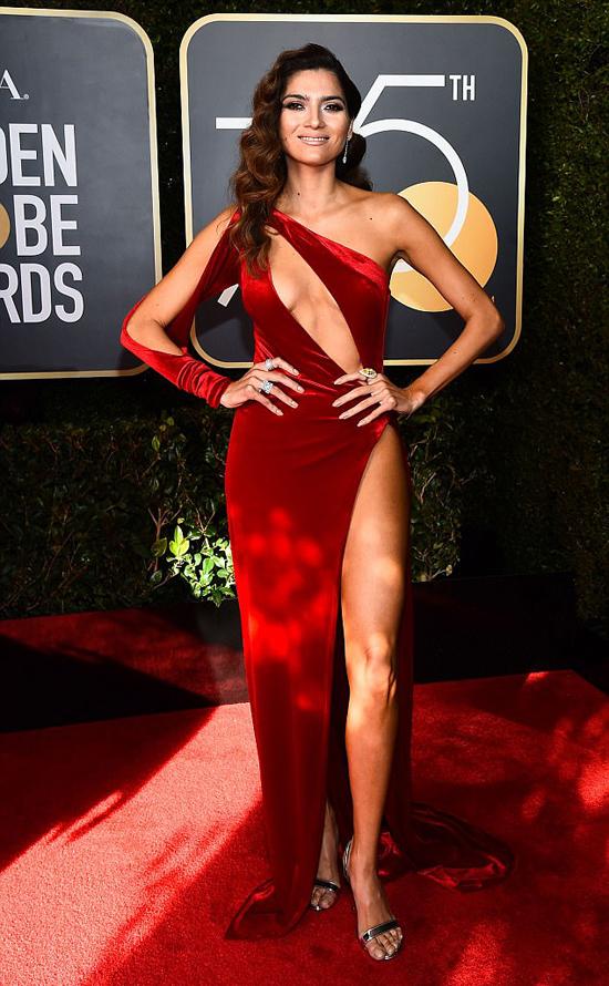 Nữ diễn viên 36 tuổi bị chỉ trích vì mặc quá lố tại lễ trao giải năm nay - nơi tất cả các nghệ sĩ đều chọn trang phục đen để ủng hộ chiến dịch chống nạn quấy rối tình dục ở Hollywood.