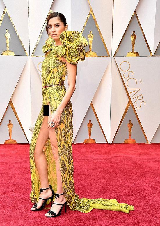 Tại lễ trao giải Oscar năm ngoái, Blanca Blanco từng gây sốc khi mặc váy xẻ táo bạo để lộ phần kín trên thảm đỏ. Sau đó, người đẹp này lên tiếng thanh minh rằng cô đã mặc bodysuit trong suốt chứ không hề quên nội y.