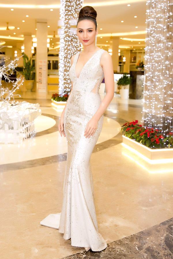 Xuất hiện trong vai trò MC đêm chung kết Hoa hậu Hoàn vũ VN, Ngọc Diễm ghi điểm về phong cách thời trang thảm đỏ với thiết kế váy dạ hội sequins của Minh Tú.