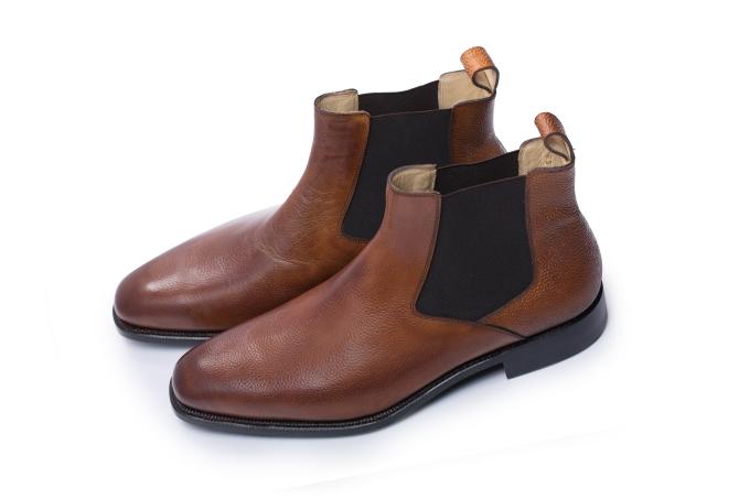 Chelsea boots được lòng phái mạnh với phần cổ thun co dãn ôm vừa vặn cổ chân. Thiết kế này có thể phối linh hoạt cùng nhiều kiểu trang phục. Tuy nhiên, phái mạnh không nên mang tất trắng mà sử dụng tất tối màu hoặc họa tiết sinh động khi phối cùng suit hoặc tất cổ thấp khi phối cùng quần jeans.