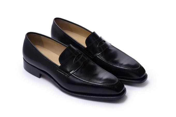 Giày xỏ dạng loafer cũng khá đa dạng với nhiều kiểu dáng. Giày Penny loafer từ Fugashin với chi tiết cắt mô phỏng khe nhét xu, bằng chất liệu da màu đen có thể phối cùng trang phục trang trọng, lịch sự cho những buổi gặp gỡ đối tác. Đây thường là lựa chọn của những doanh nhân trung niên với phong cách không quá cầu kỳ, kiểu cách.