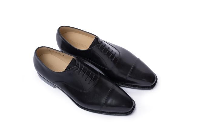 Giày Oxford bắt nguồn từ Scotland và Ireland, được lăng xê qua phong cách lịch lãm của người Anh và gắn liền với những bộ trang phục như suit, tuxedo. Giày Oxford của Fugashin màu đen tương thích với nhiều màu sắctrang phục. Phái mạnh có thể kết hợp cùng tất cao cổ tối màu nếu tham gia buổi tiệc trang trọng mang tính chất công việc, gặp gỡ đối tác, hoặc tất cao cổ có họa tiết cho những bữa tiệc giao lưu. Ngoài ra, tất thấp cổ hoặc màu trắng là cấm kỵ với kiểu giày này.