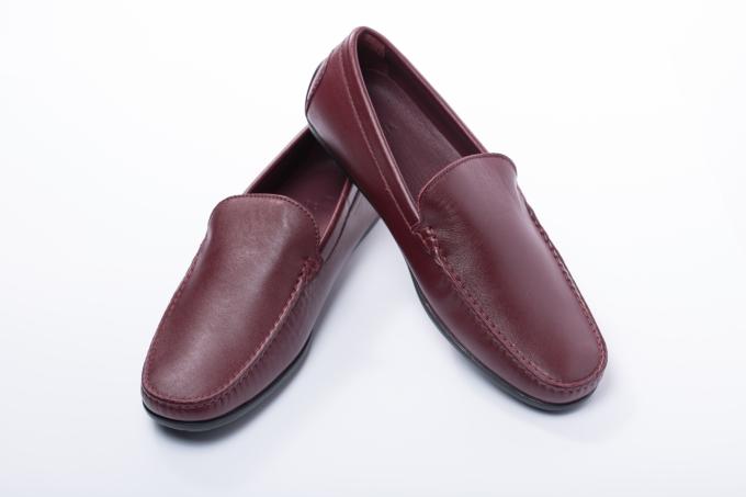 Để hoàn thiện phong cách năng động, thoải mái khi phối cùng quần kaki hay chinos, cánh mày râu có thể lựa chọn giày Moccasin từ thương hiệu Bonia bằng chất liệu da mềm mại. Ngoài ra, người dùng có thể không cần mang tất khi đi giày.
