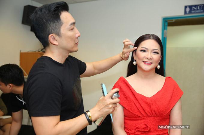 Ở hậu trường buổi ghi hình, nữ ca sĩ nổi tiếng được chuyên gia make-up chăm chút kỹ lưỡng về vẻ ngoài.