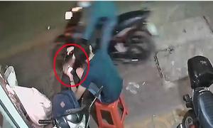 Bị cướp điện thoại khi đang ngồi ngay trước cửa nhà
