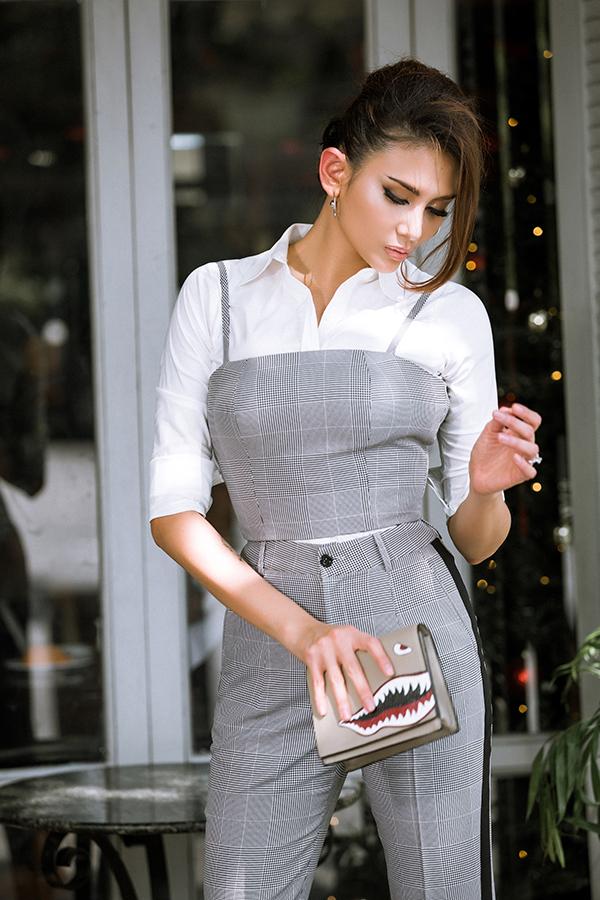 Clutch dáng mini với hoạ tiết vẽ tay ấn tượng được người đẹp chọn lựa để mang tới điểm nhấn cho set đồ theo phong cách hiện đại.