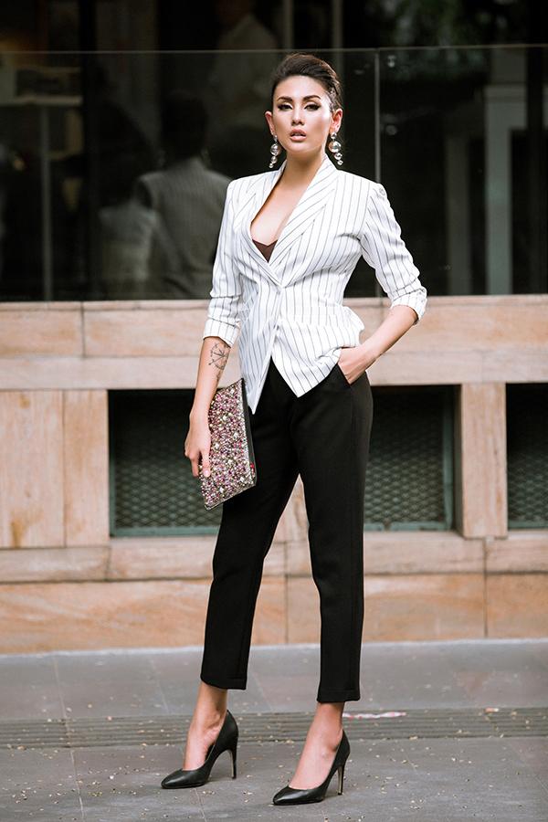 Bên cạnh các mẫu áo kín cổng cao tường, người đẹp còn chọn thêm áo vest xẻ cổ sâu để phối cùng áo ren tôn nét gợi cảm.