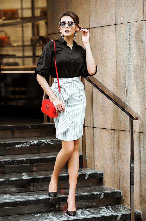 Vẫn là cách phối hợp các trang phục trắng đen, nhưng chính cách thay đổi phom dáng áo sơ mi, chân váy thắt nơ đã giúp bộ ảnh thời trang công sở của Võ Hoàng Yến trở nên phong phú hơn.