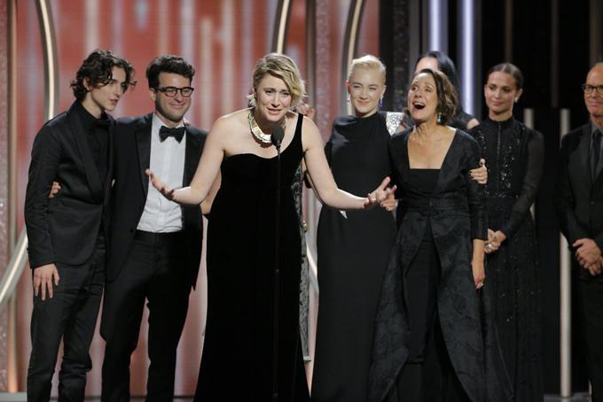 Nữ đạo diễnGreta Gerwig run run nghẹn ngào trong lúc phát biểu khi bộ phimLady Bird giành giải Phim hài/ca nhạc xuất sắc.