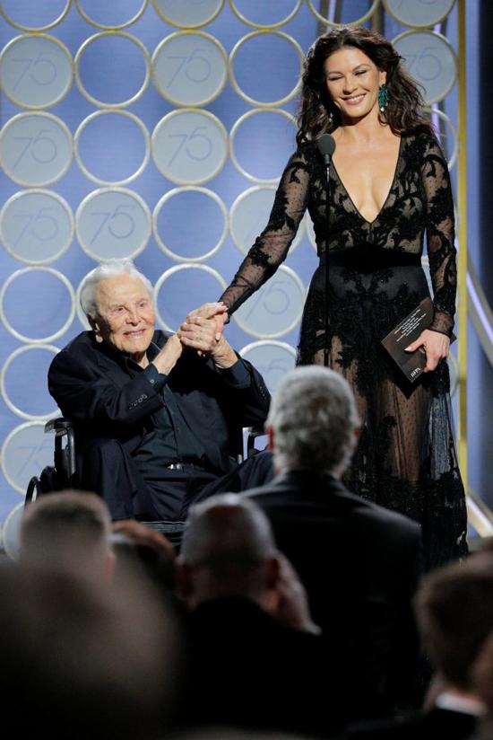 Huyền thoại điện ảnh Kirk Douglas gây xúc động khi lên sân khấu cùng người con dâu Catherine Zeta-Jones để trao giải Kịch bản xuất sắc. Cha của tài tử Michael Douglas chỉ vừa tổ chức sinh nhật lần thứ 101 vào tháng trước. Mặc dù tuổi cao, Kirk vẫn rất minh mẫn. Ngôi sao Spartacus đã khiến cả khán phòng cười nghiêng ngả với những lời tâm sự hóm hỉnh của mình.