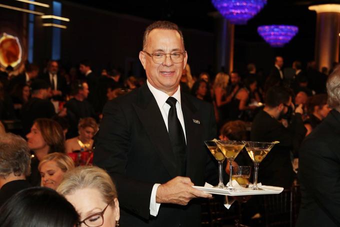 Tom Hanks tận tình phục vụmartini cho các đồng nghiệp trong lễ trao giải. Tài tử được đề cử Nam diễn viên chính xuất sắc phim tâm lývới vai diễn trong phim The Post.