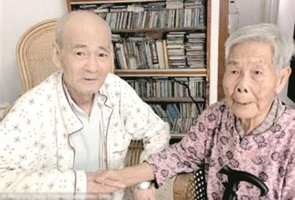 Bà Wen cùng anh trai của mình trong lần đoàn tụ.