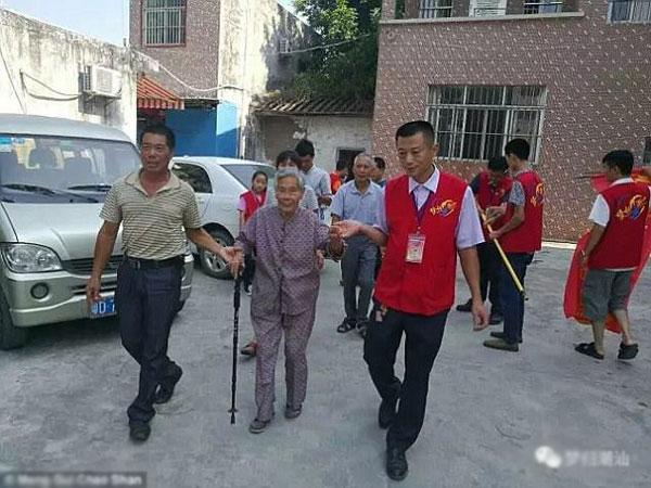 Wen được các tình nguyện viên đưa đến Sán Đầu để gặp lại gia đình.