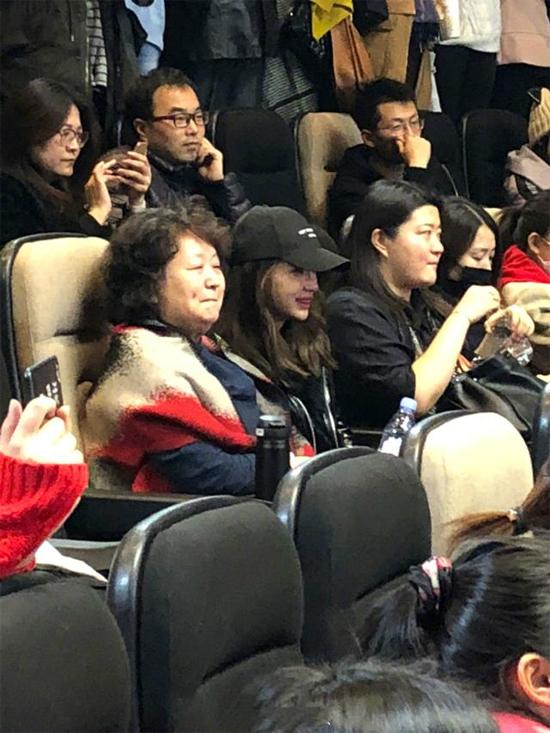 Angelababy và mẹ chồngdự buổi chiếu ra mắt phim Vô vấn Đông Tây mà chồng cô - tài tử Huỳnh Hiểu Minhtham gia trong dàn diễn viên chính. Tác phẩmbấm máy từ 2012 và được quay dạng phim nhựa, tuy nhiên tới cuối năm 2017, trailer phimmới chínhthứcđược ra mắt khán giả.