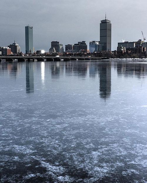 Ở Boston, mọi thứ cũng không khá khẩm hơn khi dòng sông chảy qua trung tâm thành phố cũng biến thành một lớp băng dày như tủ đá.