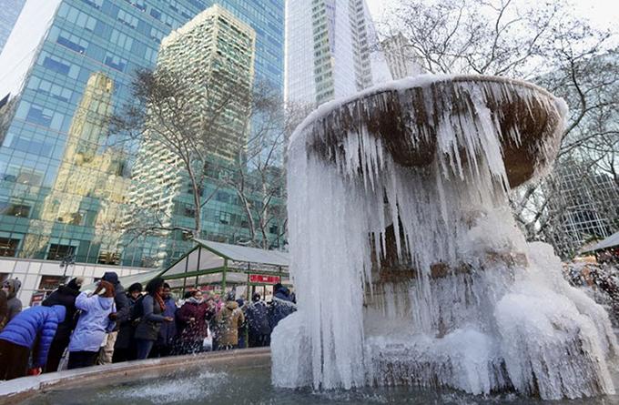 Đài phun nước ở trung tâm New York cũng đóng băng hoàn toàn như ở Bắc Cực.