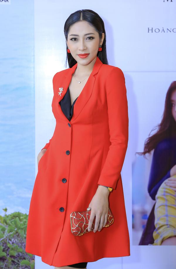 Hoa hậu Đại dương Đặng Thu Thảo xuất hiện với phong cách thanh lịch, kín đáo.