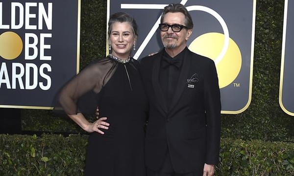 Gary Oldman và vợ trên thảm đỏ.