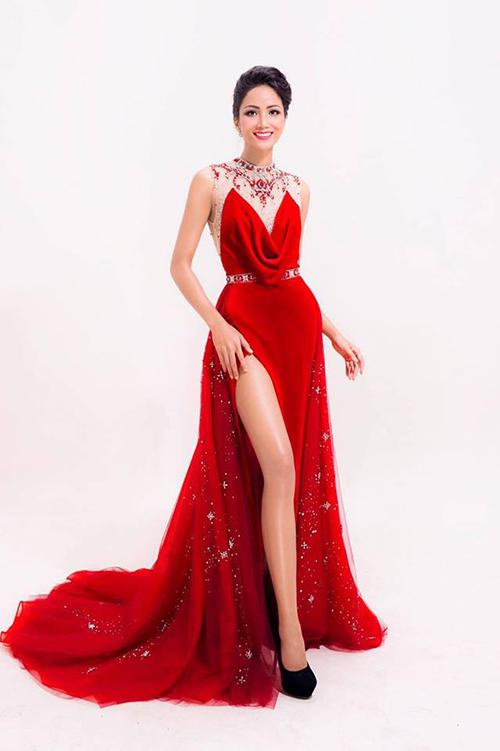 Stylist Đỗ Long đăng những hình ảnh đầu tiên của tân Hoa hậu Hoàn vũ HHen Nie trong bộ trang phục dạ hội đỏ sau khi đăng quang.