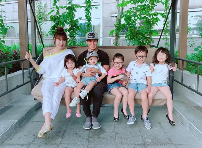Gia đình Lý Hải - Minh Hà điểm danh đủ quân số trước khi đi chơi.
