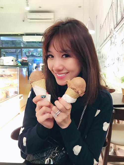 Hariwon bất chấp cái lạnh ở Hà Nội, tìm đến quán kem nổi tiếng để thưởng thức hai cây kem ốc quế.