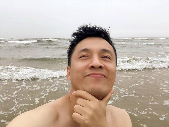 Lam Trường tranh thủ xuống biển tắm trước khi ra sân bay. Anh viết: Tranh thủ trước khi ta sân bay xuống biển một chút, mà biển hôm nay hơi lạnh.