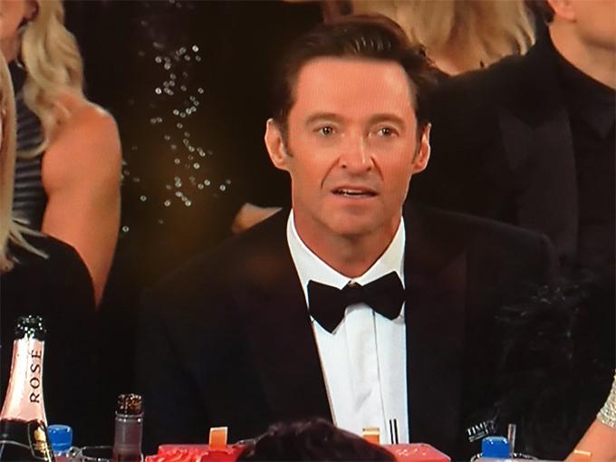 Biểu cảm của Hugh Jackman khi James lên nhận giải thưởng.