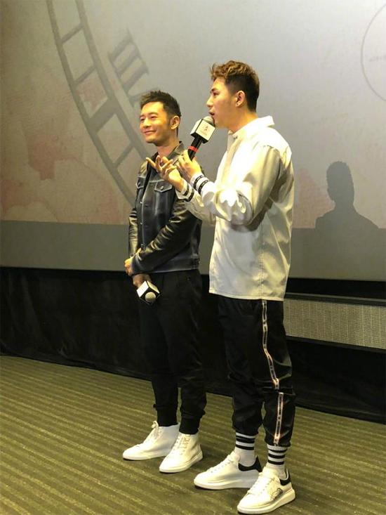 Huỳnh Hiểu Minh giao lưu với khán giả trước giờ phim ra mắt.